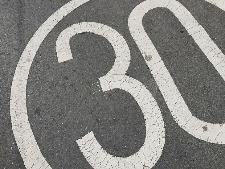 סימן של המספר שלושים על כביש