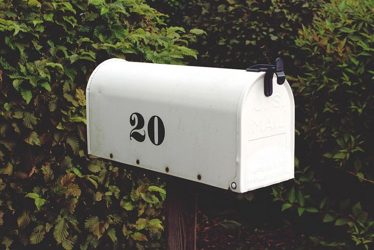 תיבת דואר שכתוב עליה עשרים