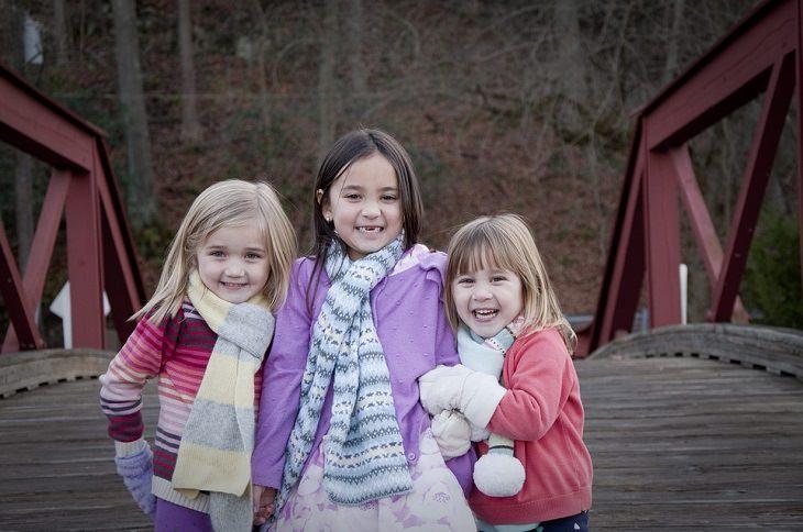 3 ילדות משחקות בשלג