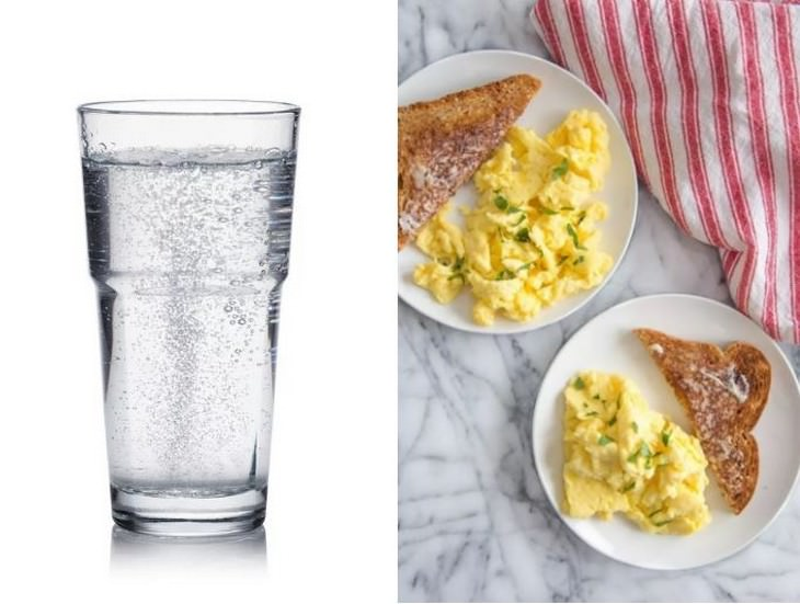 כוס מים מוגזים שלצידה צלחות עם חביתה וטוסטים