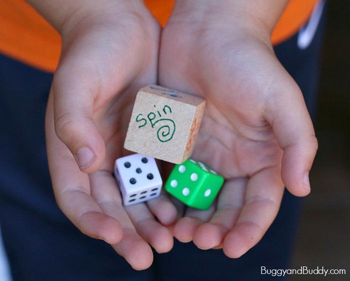ידי ילד אוחזות בקוביות משחק