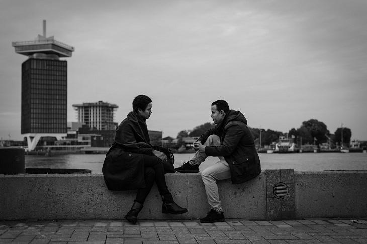 שני אנשים משוחחים