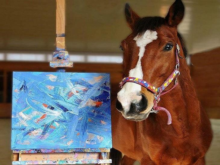 מטרו עומד ליד ציור שלו