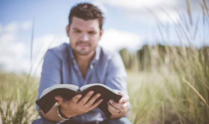 גבר קורא בשדה