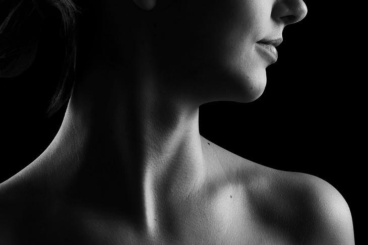 צוואר של אישה שמביטה הצידה