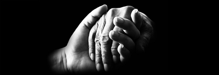יד צעירה אוחזת ביד מבוגרת