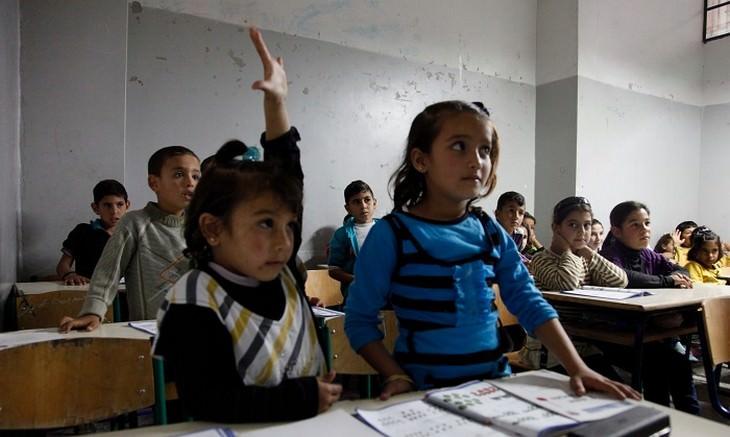 ילדה מצביעה בכיתת לימוד