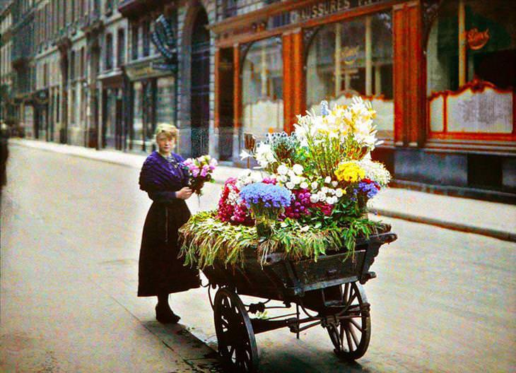 מוכרת פרחים בדוכן רחוב, 1913