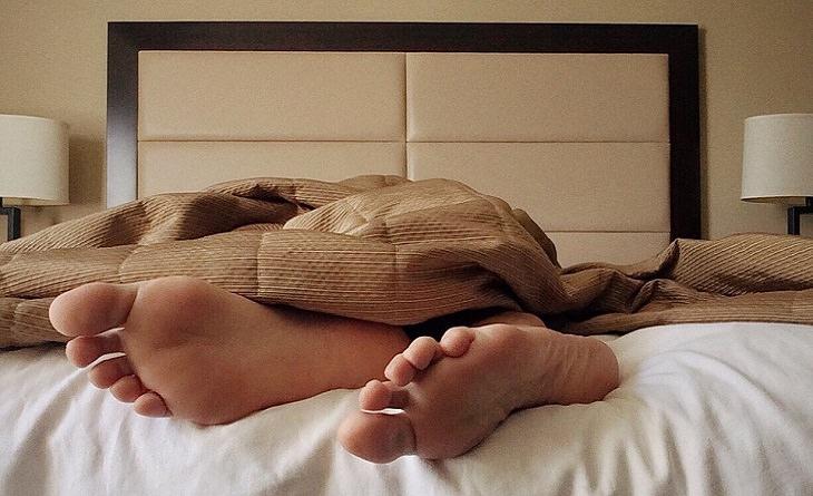 כפות רגליים במיטה