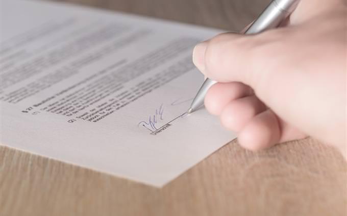 יד חותמת על מסמך