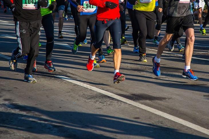 רגליים של אנשים רצים