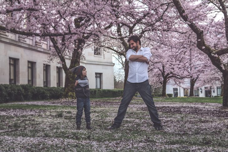 אב וילדה עומדים זה מול זאת בידיים שלובות