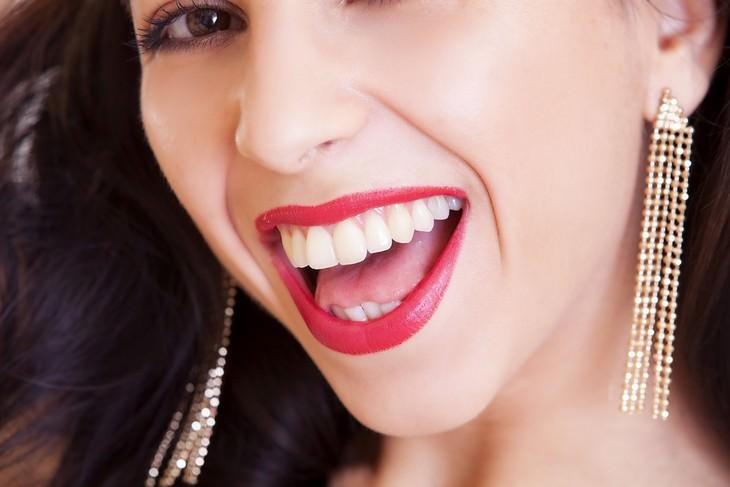 אישה מחייכת חיוך רחב