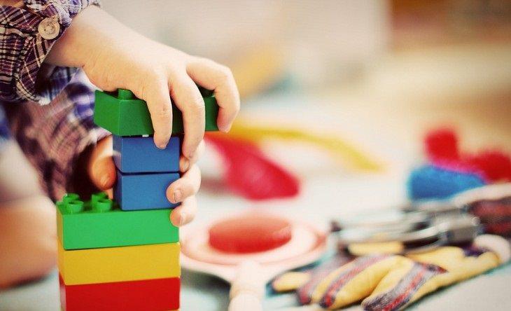 ילד קטן משחק עם לבני בנייה