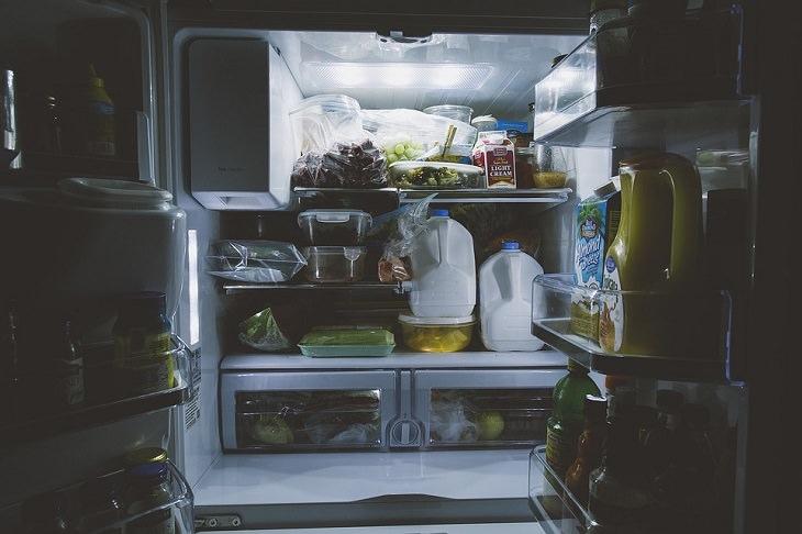 מקרר פתוח ומלא באוכל