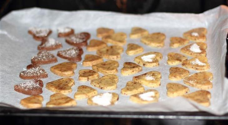 עוגיות בצורת לב על מגש אפייה