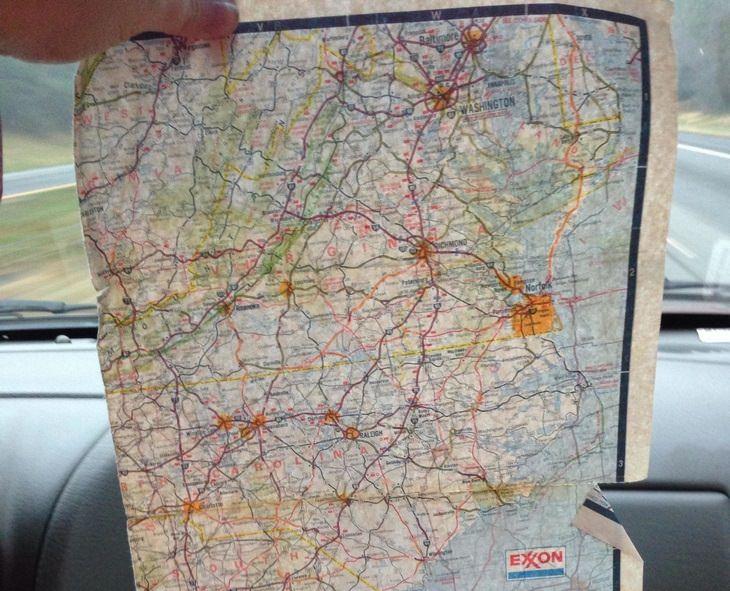 מפת דרכים פרוסה לפני שמשת רכב