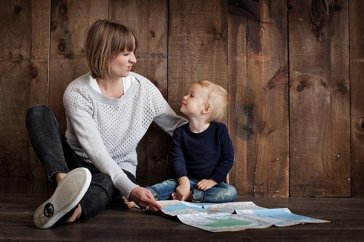 אמא ובנה מחייכים האחד לשנייה