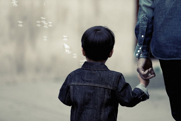 ילד מתהלך יד ביד עם ההורה שלו
