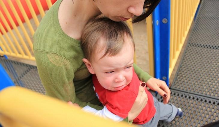 ילד עצוב מחבר אישה במתקן שעשועים