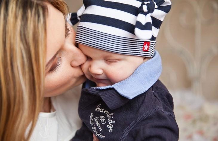 אימא נושקת לתינוק שלה