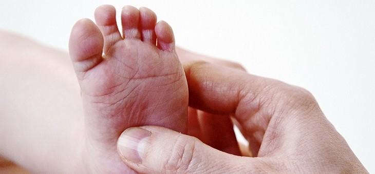 יד מעסה כף רגל של תינוק
