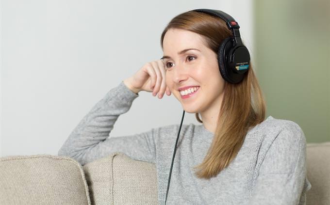 אישה מחויכת עם אוזניות