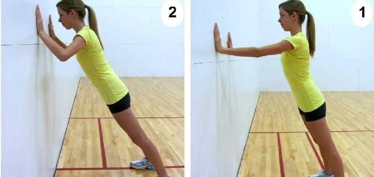 אישה מבצעת תרגיל לחיזוק הכתפיים