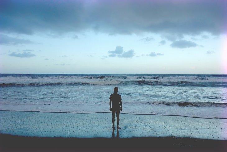 איש על חוף ים מביט אל האופק