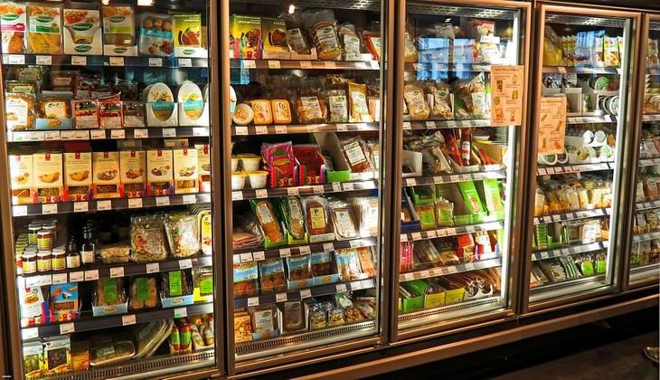 מקררים עמוסים באוכל בחנות