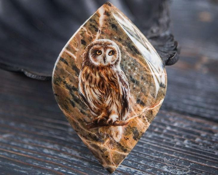 ציור של ינשוף על אבן חן
