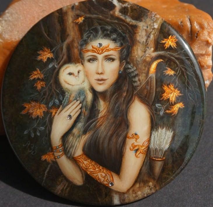 ציור של פיה על אבן חן