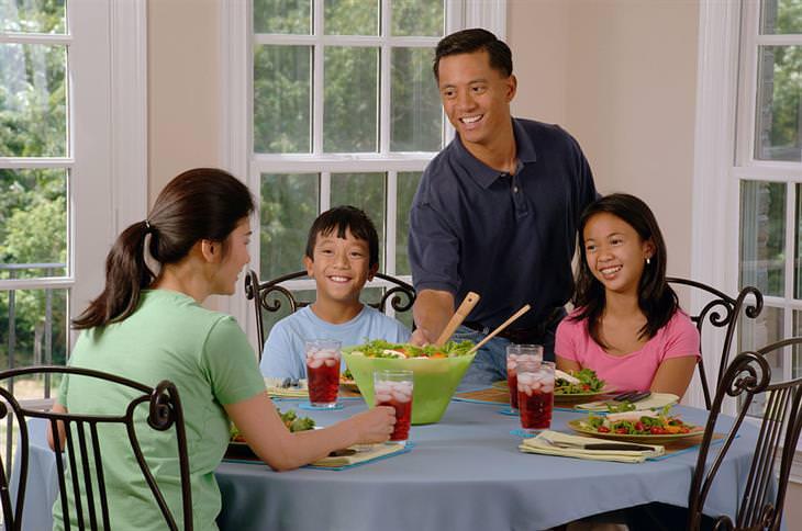 גבר מגיש ארוחת ערב למשפחתו