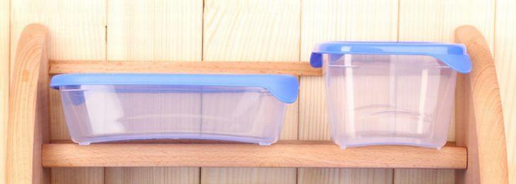 קופסאות פלסטיק על מדף