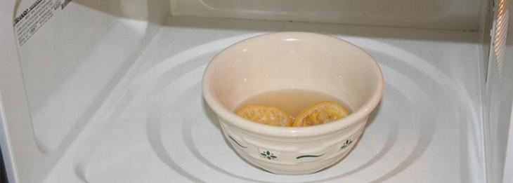 חתיכות לימון בתוך קערה עם נוזלים, בתוך המיקרוגל