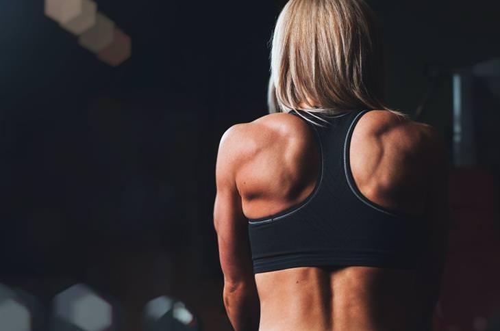 גב של אישה עם שרירי טרפז חזקים