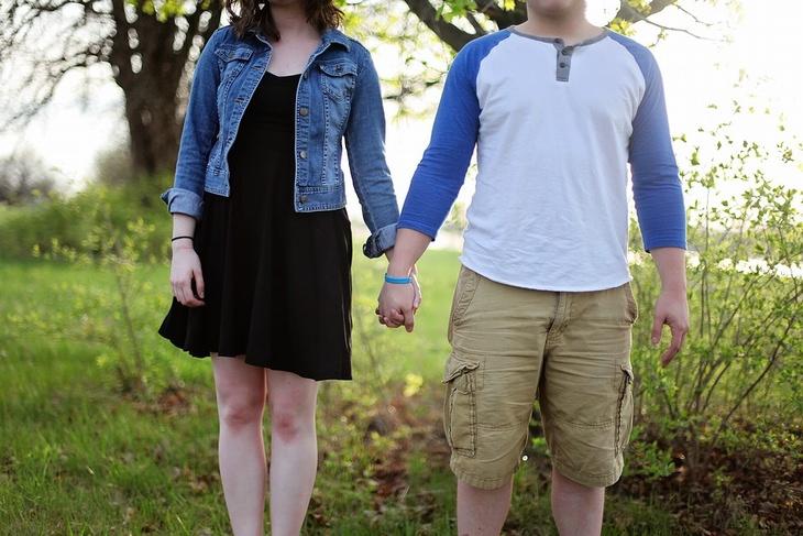 משפטים מעצבנים: גבר ואישה אוחזים ידיים בטבע
