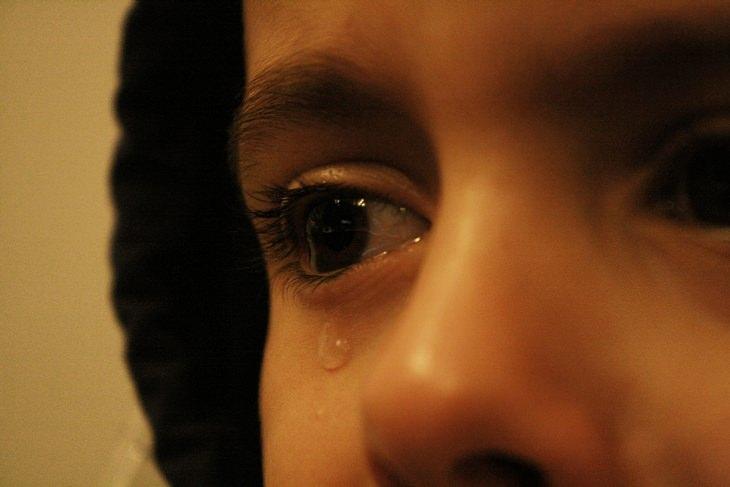 תסמונת העיניים היבשות: תקריב של ילד דומע