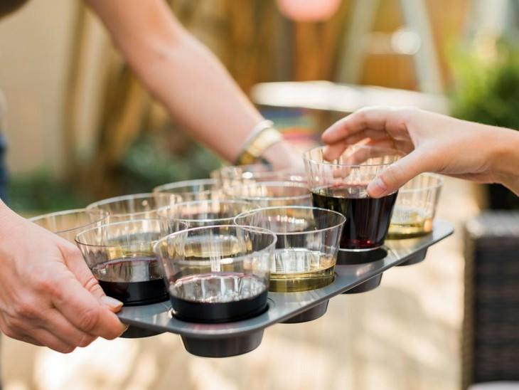 טיפים לאירוח: אדם מגיש כוסות משקה בתוך תבנית שקעים