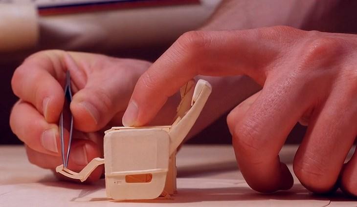תהליך יצירת המושבים בדגם המטוס של לוקה יקוני סטיוארט