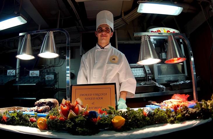 מתכונים של שפים נודעים: שף עומד מול שולחן אוכל