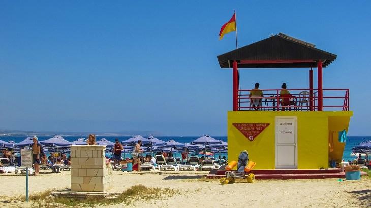 עצות למניעת טביעה: סוכת מציל לצד חוף הים