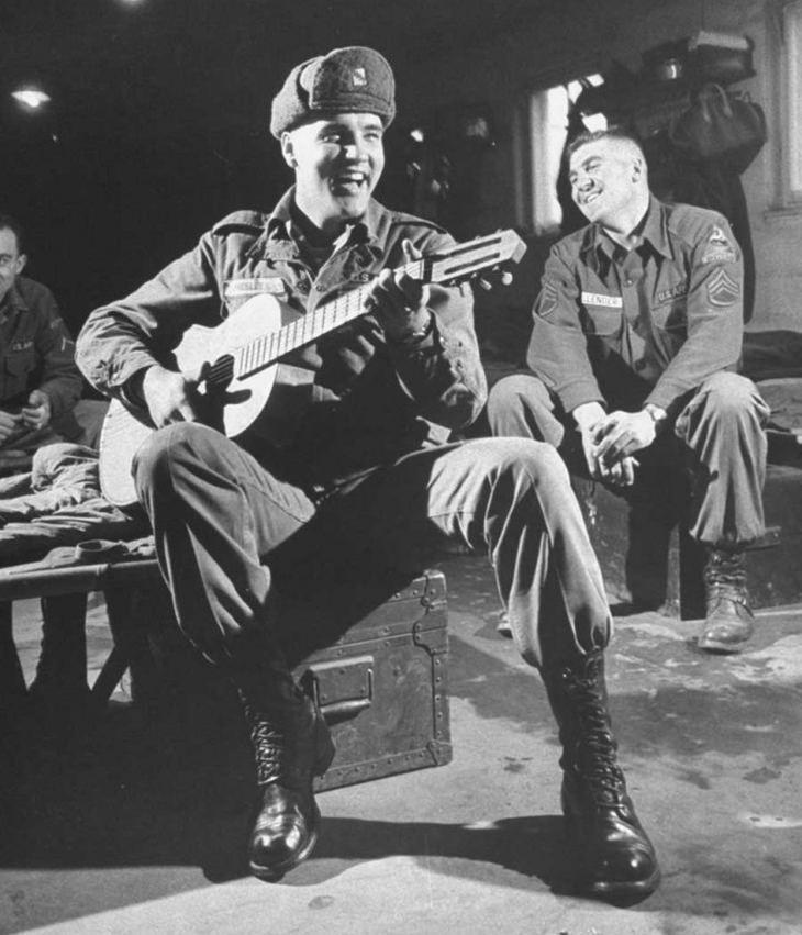 תמונות נדירות של אישים מההיסטוריה: אלביס פרסלי מבדר חיילים בזמן שירותו הצבאי