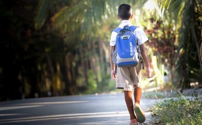 השפעות על העברית: ילד עם תיק גב צועד בשביל
