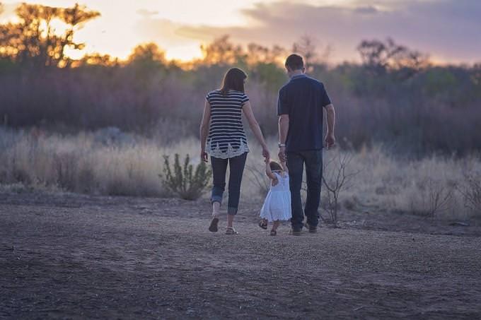 הורים הולכים יד ביד עם ילדם