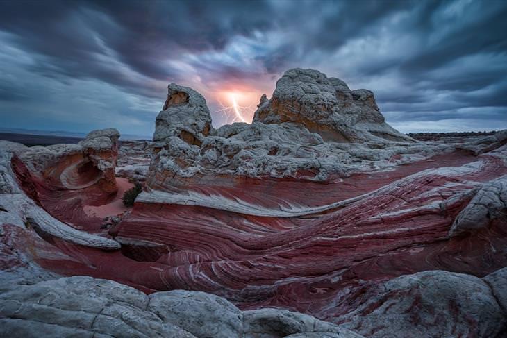 תמונות מתחרות צילום טבע: ברק בצורת בן אדם מכה מעל נוף מדברי
