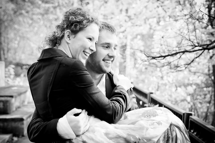 טיפים להורות מאושרת: גבר מחוייך מחזיק בידיו אישה מחויכת
