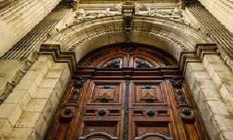 דלת כניסה מרשימה למבנה אדריכלי עתיק