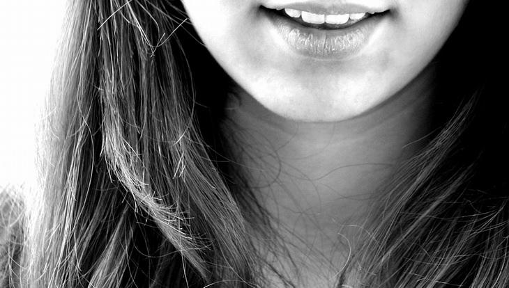 צילום תקריב של שפתיים של בחורה
