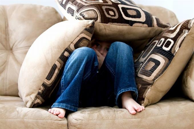 מבחן אישיות: ילד מסתתר מאחורי כריות